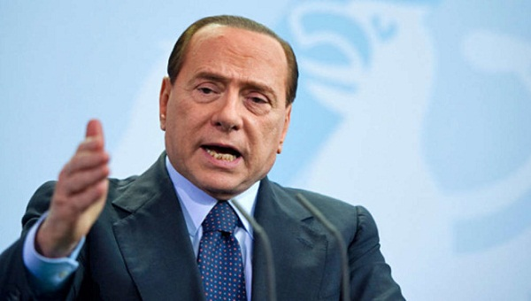 Berlusconi a Napoli attacca De Magistris