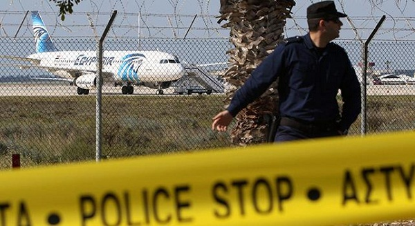 Egyptair, trovate parti del relitto precipitato in mare