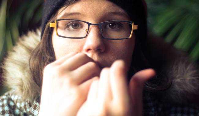 Mangiarsi le unghie donna perde il pollice per il cancro