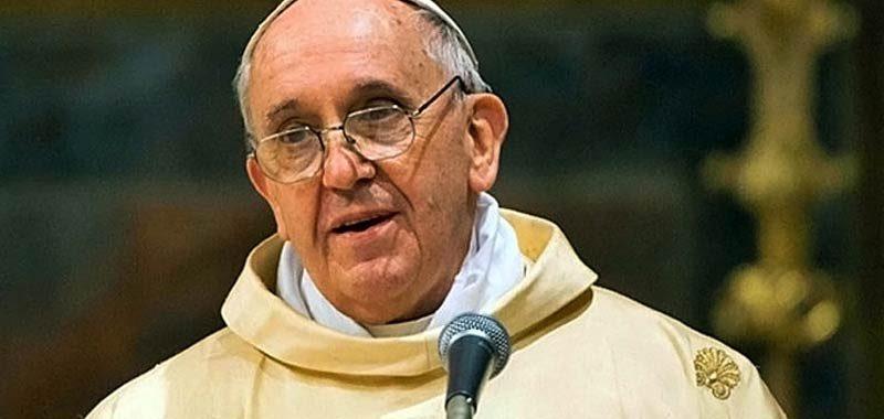 Papa Francesco scatena la polemica baciando i piedi al leader del Sudan