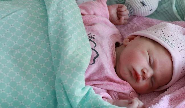 """Arezzo, neonato """"dimenticato"""" nell'androne di casa"""