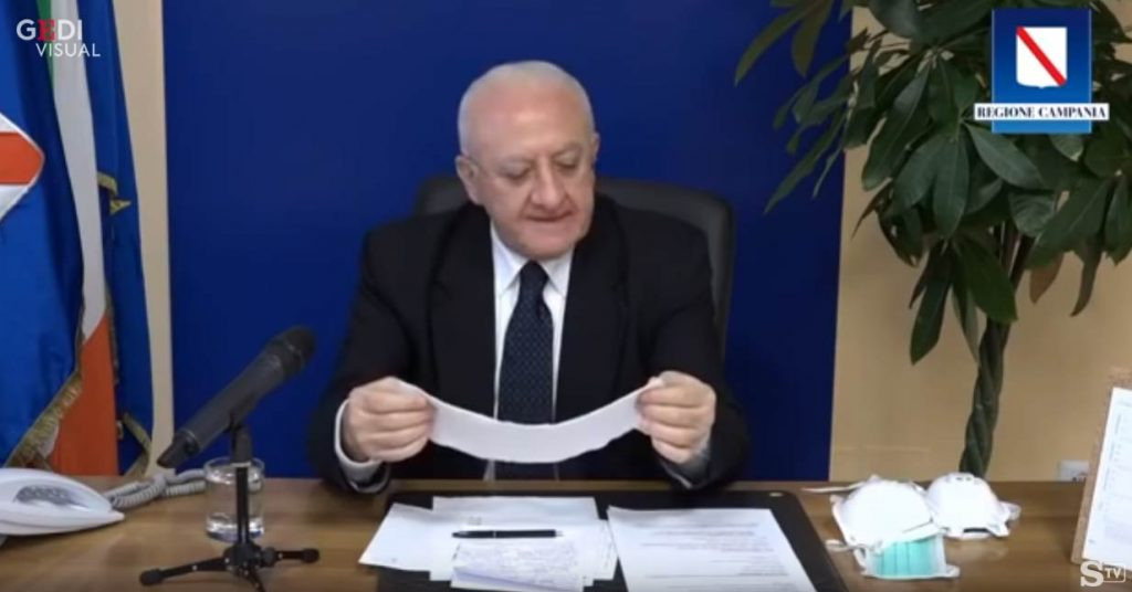 Vincenzo De Luca ancora mascherine show