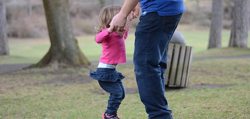 Quarantena possibile passeggiare coi figli sotto casa