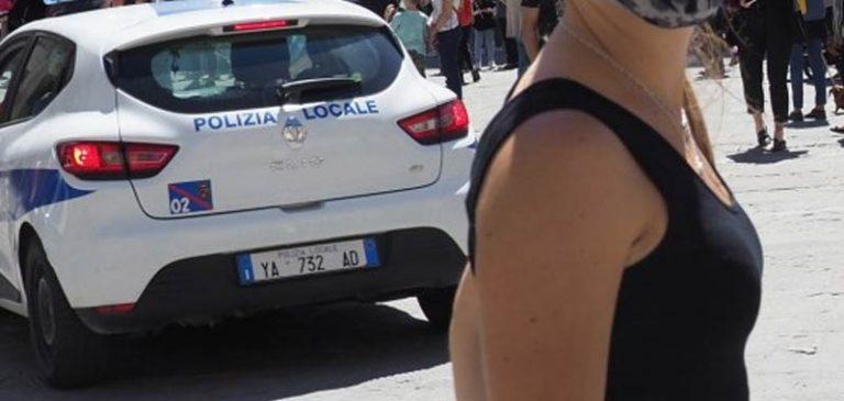 Centrodestra scende in piazza ma senza rispettare le regole di distanziamento